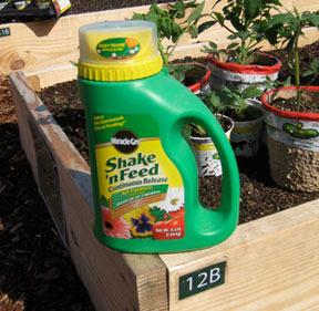 Miracle gro 1008131 shake 39 n feed continuous - Miracle gro all purpose garden soil ...