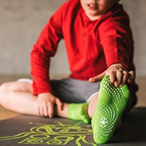 Amazon.com: Gaiam calcetines de yoga para niños (2 ...