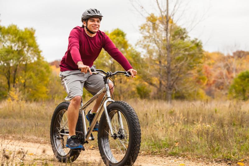 Amazon Com Mongoose Men S Malus Fat Tire Bike Silver