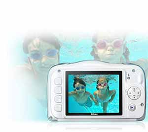 Photo of a boy and girl underwater and on the LCD of the S33 camera
