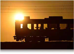 The Nikon AF-S NIKKOR 80-400mm f/4.5-5.6G ED VR lens' VR gives you sharp images, photo of a train car in low light, silhouette