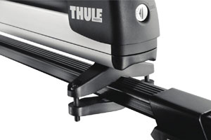 View of the lock and connection to a roof rack by a Thule 91726 Universal Pull Top Ski and Snowboard Carrier