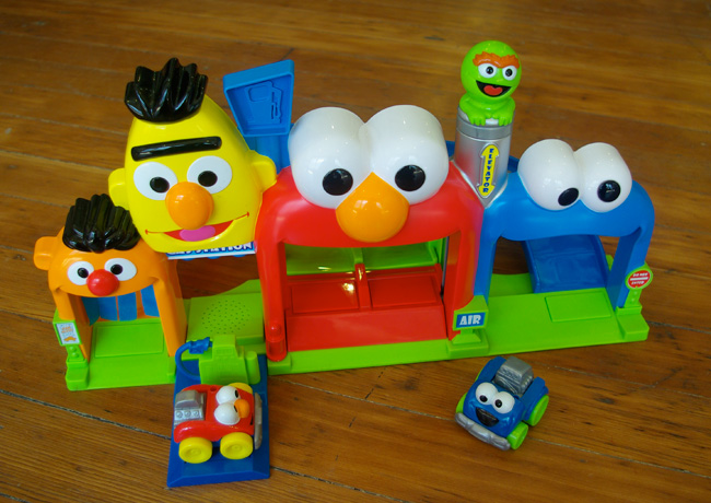 Amazon.com: Fisher-Price Sesame Street Giggle 'N Go Garage ...