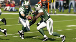 Handing off the ball at the line of scrimmage in Madden NFL 13