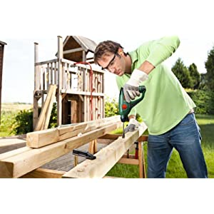 Der Akku-Bohrhammer meistert Bohrungen mit bis zu zehn Millimeter Durchmesser in Holz.