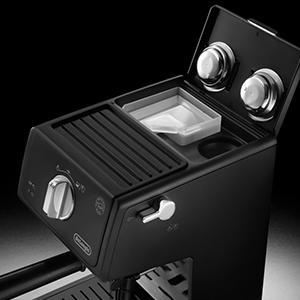 Espressomaschine unter 200 Euro: Zusätzlichen Filtereinsätze (für 1 oder 2 Tassen und E.S.E. Pads) und der Tamper können in der De'Longhi ECP31.21 einfach verstaut werden