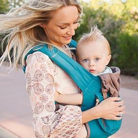 ergobaby Babytrage Anwendungsbild Mutter mit Kind in Bauchtrage