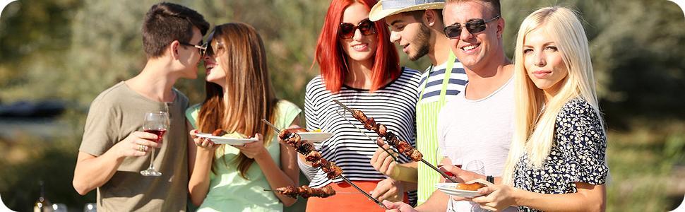 Junge Menschen beim Grillen