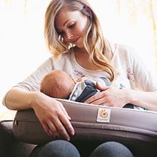 ergobaby Stillkissen Anwendungsbild Mutter mit Baby auf Stillkissen