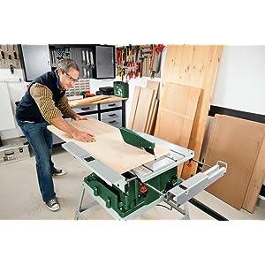 Der 1400-Watt-Motor der Tischkreissäge PTS 10 T erleichtert das Bearbeiten von Werkstücken.