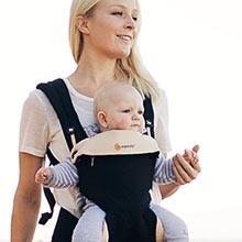 ergobaby 360 Kollektion Babytrage Anwendungsbild Mutter mit Kind Fronttrageposition