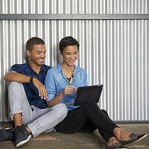 Mann Frau sitzen Aluwand Tablet Keyboard