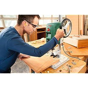 Genaue Positionierung des Werkstückes dank der großen Arbeitsplatte der Tischbohrmaschine PBD 40
