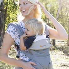 ergobaby Original Kollektion Babytrage Anwendungsbild Mutter mit Kind Trageposition vor dem Bauch
