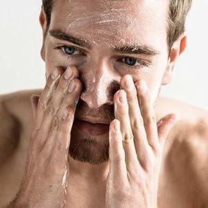 Ein Mann reinigt sein Gesicht