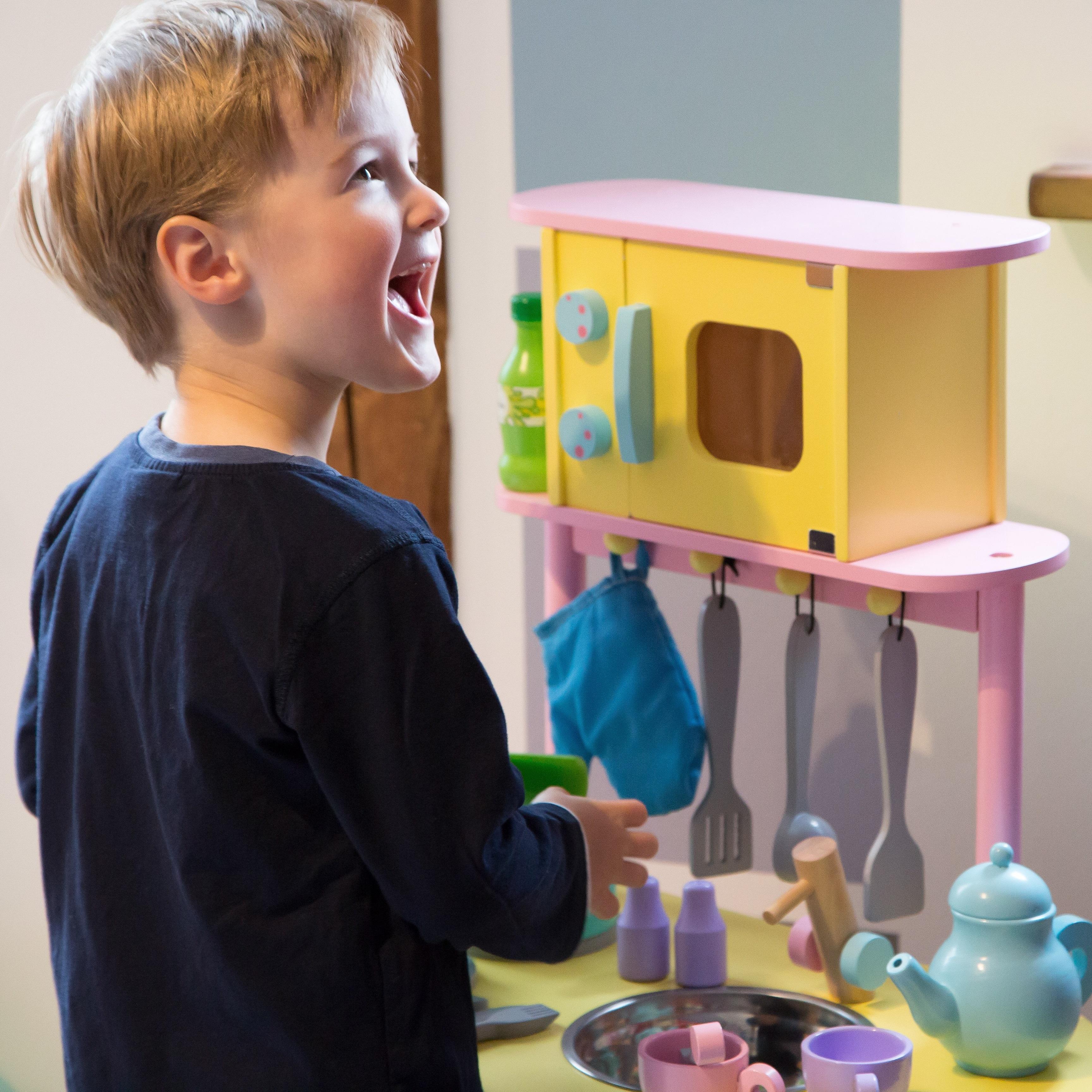 Ultrakidz Kleine Spielküche aus Holz mit Backofen und Mikrowelle ...