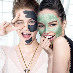 Drei Frauen mit Gesichtsmasken