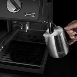 Espressomaschine unter 200 Euro: Die De'Longhi Milchaufschäumdüse kann zur Reinigung einfach abgenommen werden