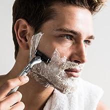 Ein Mann rasiert sein Gesicht