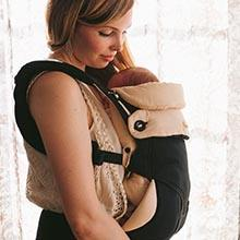 ergobaby Babytrage Anwendungsbild Mutter mit Baby Trageposition vor dem Bauch