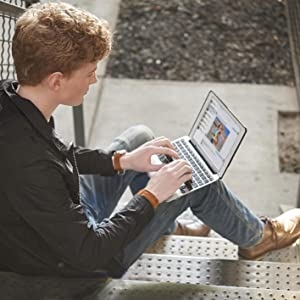 Mann Treppe sitzen Tablet Tastatur