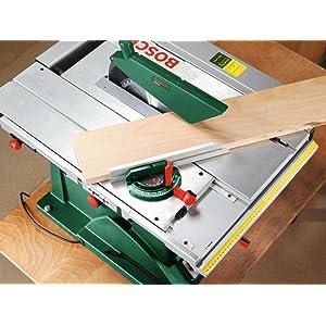 An der Tischkreissäge PTS 10 können Gehrungswinkel über den Winkelanschlag eingestellt werden.