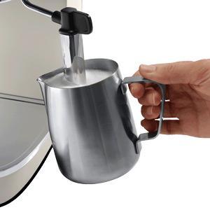 Milch schäumen mit der Espresso Siebträgermaschine bis 200 Euro De'Longhi ECI 341.CP DISTINTA