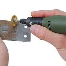 ワイヤーブラシを使用して、金属のさび落とし