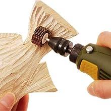 ヤスリペーパーを使用して木材加工