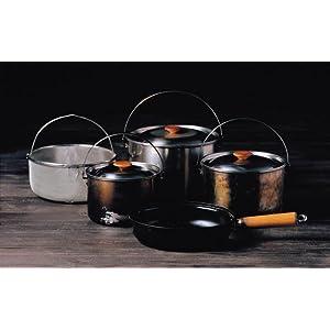 商品名が語る通り、フィールドのキッチンで調理の腕を振るうために生まれたクッカー。豪快な炎にも負けない強靭なスペックと計算された収納スタイル。フィールドクッカーが1セットあれば、どんな料理もこなせる。