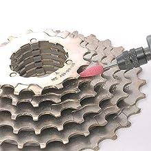 軸付ゴム砥石を使用して金属研磨