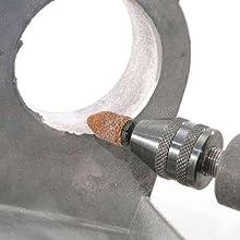 ヤスリペーパーをを使用して金属加工