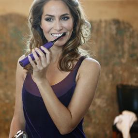 Con la tecnología de Philips Sonicare cepillo eléctrico, la pasta se canaliza en profundidad entre los dientes y a lo largo de la línea de las encías para ...