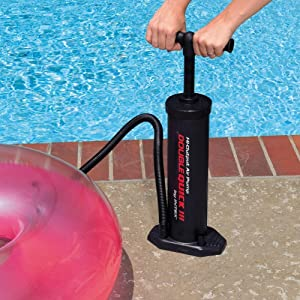El hinchador manual es apto para inflar balones hasta 0,56 bar. Ideal para hinchar flotadores o colchonetas.