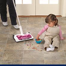 La anchura de la escoba de 32cm, es suficientemente estrecha para caber en espacios reducidos pero, amplia para hacer grandes trabajos de limpieza.