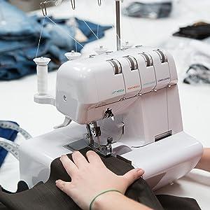Sobrehilado perfecto de costuras con la máquina de coser overlock Levivo NO1