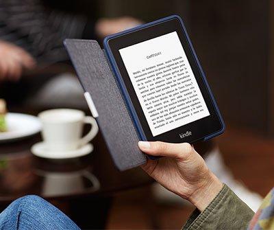 Leyendo Kindle Paperwhite con una funda de cuero