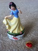 Snow White Porcelain Hinged Box with basket of ()