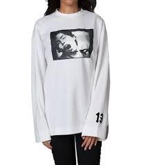 Amazon.com  Rihanna. Fenty ls Graphic Crewneck t Shirt S  Kitchen ... b7b393e81