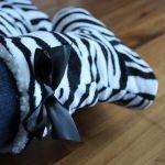 funslippers®, Hausstiefel Größe 38, 39, 40, 41 Hüttenschuhe Zebra Plüsch Ladyboots Premium Hausschuhe mit stabiler Gummilaufsohle