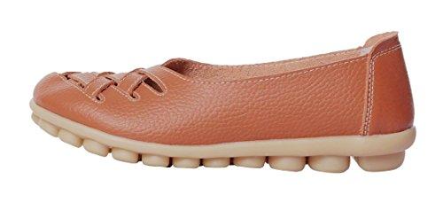 Ruhiger zufälliger Beleg der gelassenen Frauen-Rindleder-flachen auf treibenden Müßiggänger-Schuhen Orange