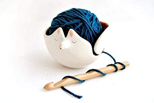 Cuenco Zorro de Cerámica para los Ovillos. Cuenco Lanero de Cerámica con Forma de Zorro. Cuenco Crochet para la Lana. Decorado en el interior en color naranja con lunares blancos.