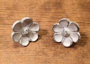 (LuxMart Antique Look White Cast Iron Cupped Flower Drawer Knob 2