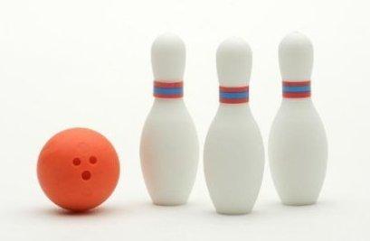 Miniatur Bowling Radiergummi-Set (3 Bowling-Pins und ein Ball) von Iwako Japan, boweling, Bälle, Radiergummis