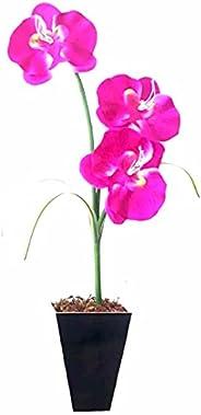 Arranjo de Orquídeas artificiais em vaso de madeira