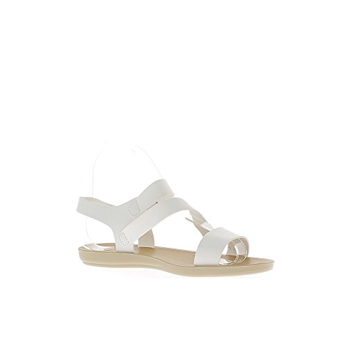 Mujer descalza blanca con rebordes ancho y suela flexible