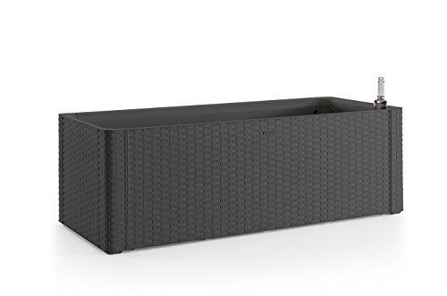 XL Pflanzkasten im Rattan-Design aus Kunststoff in Anthrazit. Mit Wasserspeicher und Wasserstandsanzeige. Maße BxTxH in cm: 100 x 43 x 33 cm.
