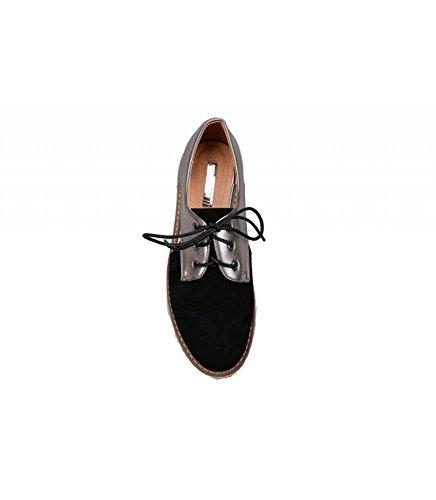 Zapato con plataforma revestida de yute en color natural. Detalle apertura lateral. Cierre mediante cordones. Altura de la suela 5.5 cm. Negro