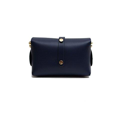 Una borsa blu frizione blu serale con cinturino in oro ciondolo con cintura