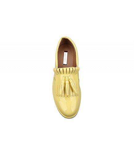 Zapato plano de charol disponible en distintos colores. Detalle en la pala. Puntera redonda. Altura de la suela 4.0 cm. Amarillo